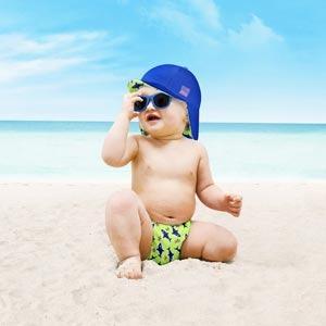 Casquette réversible pour bébé à la plage