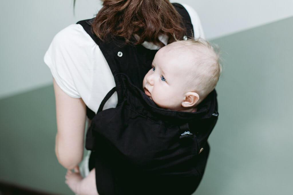 Porte bébé physiologique sur le dos